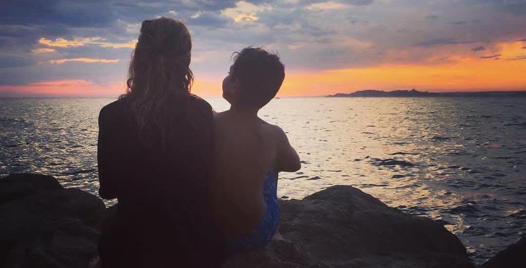 femme enfant devant mer et coucher de soleil