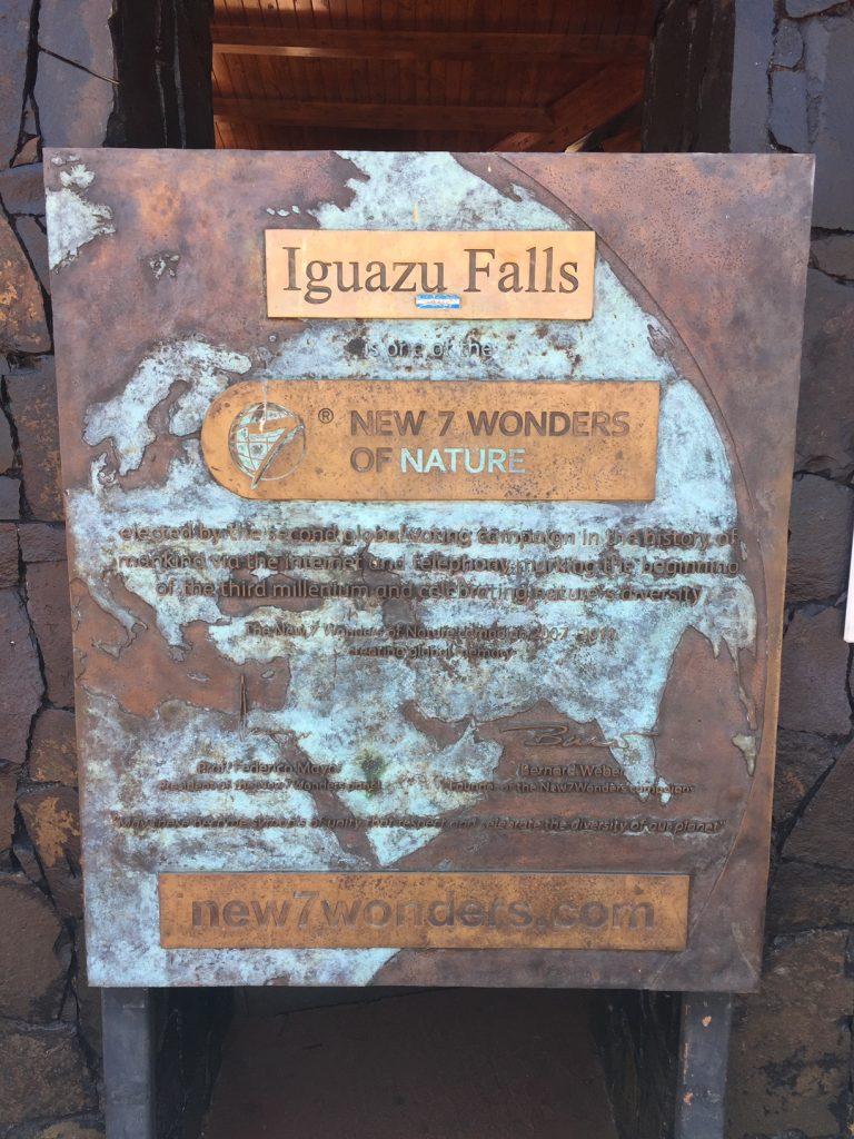 Plaque à l'entrée des chutes d'iguazu