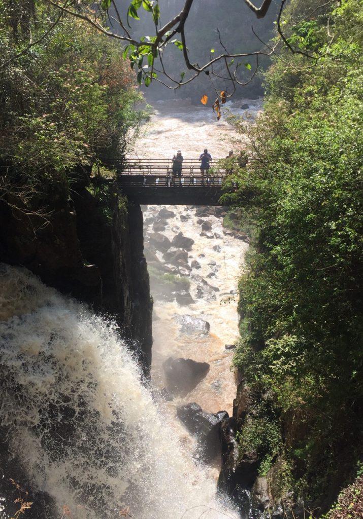 pont face aux chutes d'iguazu
