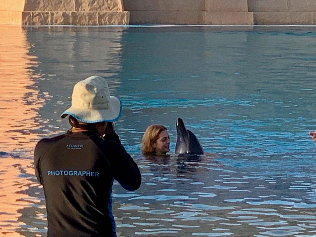 dauphin et femme dans l'eau bisou